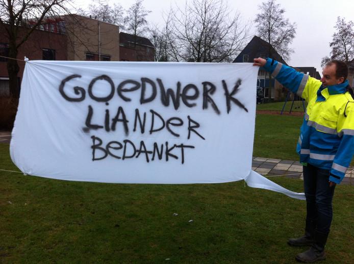 Bewoners van de wijk Maandereng in Ede bedanken monteurs van Liander middels een spandoek.