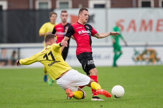 Frenk Keukens in een duel om de bal namens De Treffers.