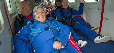 Felicia (16) springt met haar oma Dini (81) uit vliegtuig