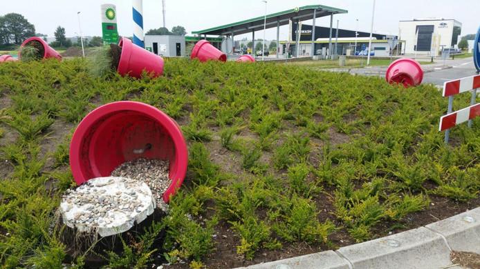 De bloempotten liggen op de rotonde.