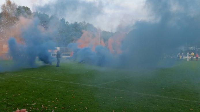 Rook bij Keijenburgse Boys-Pax, vlak voor aftrap.
