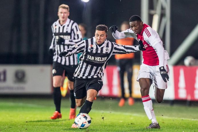 Archieffoto Mischa Boelens (links), hier in duel met Elton Acolatse van Jong Ajax, van Achilles'29.