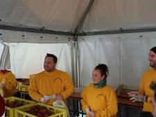 Ben Saunders helpt gewonde oliebollenbakker met verkoop in Huissen (video)