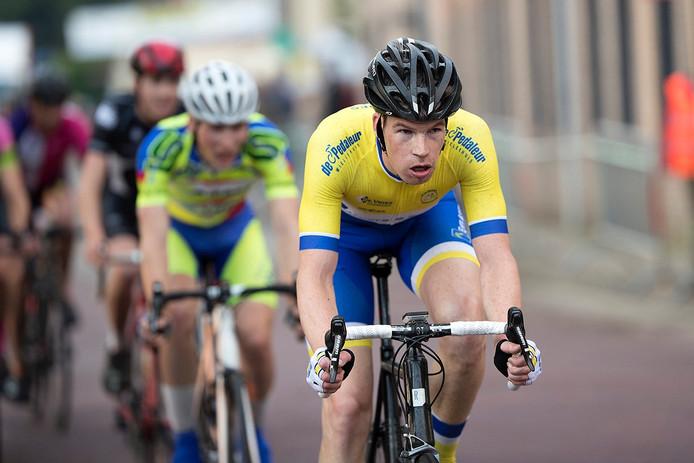 Wielrenner Gerjo Berenschot in actie tijdens de Ronde van Varsseveld.