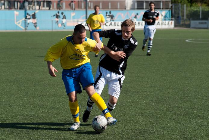 Keanu Menijn van SML, hier op archieffoto (rechts), scoorde drie keer in het bekerduel met SC Veluwezoom.