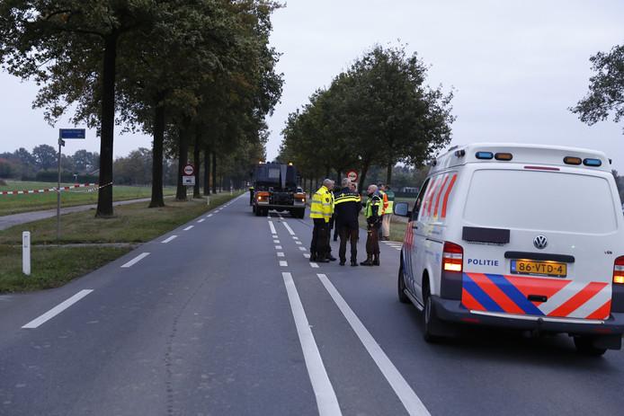 De weg is dicht voor onderzoek na het ongeval.