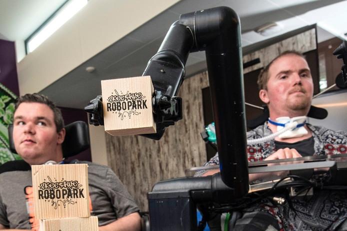 Robert van Ginkel (links) en Matthijs Wits hebben het Freestyle Robopark in Arnhem georganiseerd.