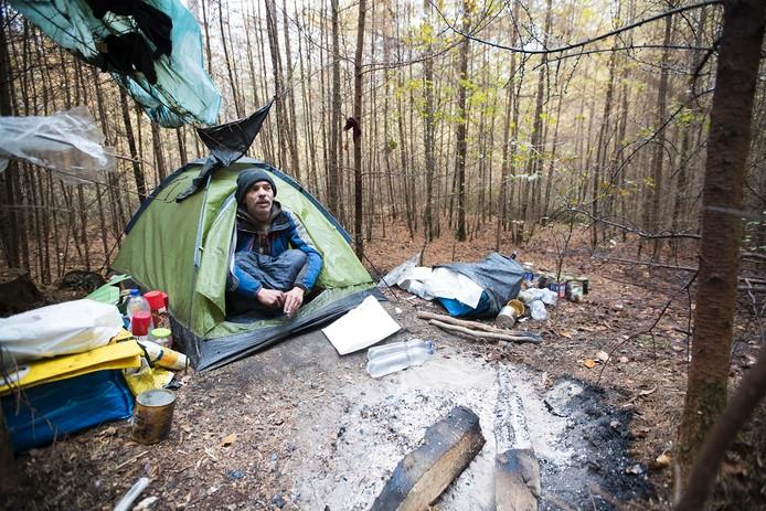 Max Vos in zijn tentje in het lariksbosje in de bossen ten noord-oosten van Amerongen.