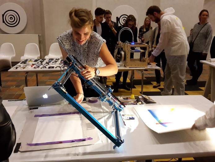 De kunstenaars van NOP maken een atelier van de Mariënburgkapel. Bezoekers mogen meehelpen om kunstige vormen te creëren.