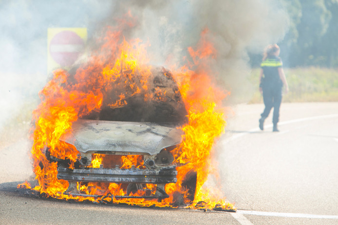 De auto staat in brand op de A12 bij Duiven.