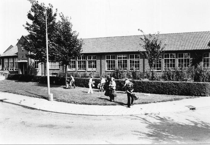 Kinderen voor de Willibrordusschool in Spijk, in 1977. Foto: Liemers Museum