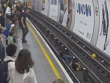 Man redt andere man van spoor Londense metro