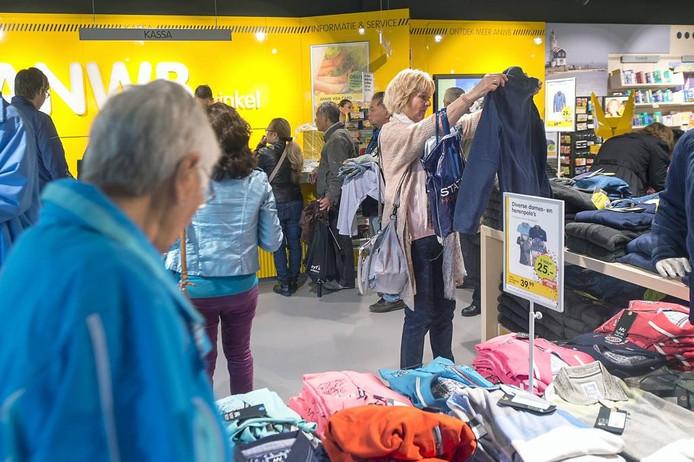 De openingsdag van de nieuwe ANWB-winkel in Arnhem werd goed bezocht. foto Marina Popova