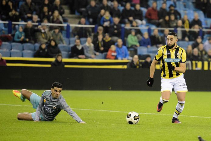 Khalid Karami van Excelsior ziet hoe Adnane Tighadouini op weg is naar de 2-2 voor Vitesse.