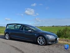 Nederlandse primeur: Tesla omgebouwd tot rouwauto
