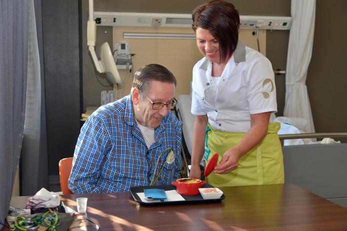De voedingsassistent serveert hartpatiënt Wil Lamers lasagne met rauwkost. Archieffoto: Flip Franssen