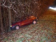 Automobilist knalt tegen boom in Wijchen