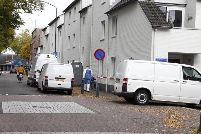 In de woning aan de parallelweg wordt dinsdag nog steeds onderzoek gedaan.