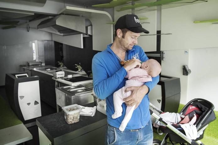 Jeroen Verhoeven met zijn dochtertje in BZZY in Nijmegen.
