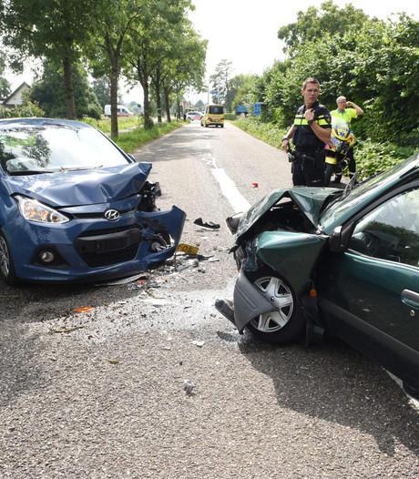 Drie gewonden na frontale botsing in Tienhoven