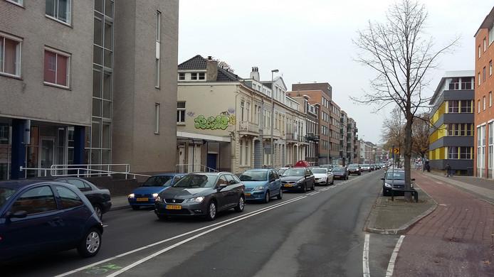 Ook gisteren ontstond een lange file in het centrum van Arnhem als gevolg van de afsluiting van het Nijmeegseplein.