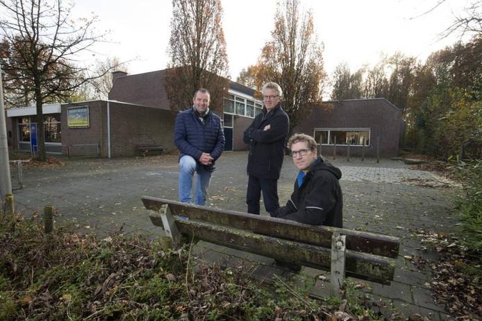 Jeroen Rosendahl, Willem Wolters en Ronald Lenting bij De Meikever. Wat wordt de toekomst van het dorpshuis? Foto: Theo Kock