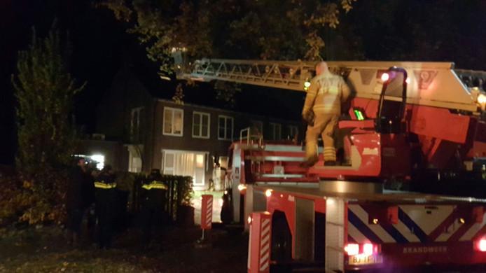Door een hoogwerker te gebruiken kon de brandweer bij de schoorsteen komen.