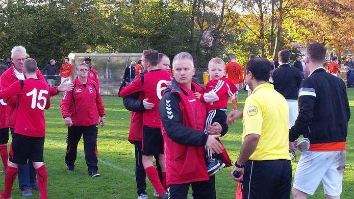 AZ-trainer Patrick Baltus viert het behalen van de eerste periodetitel met zijn zoon Jason. Arnhemmers winnen met 3-2 van DVV.