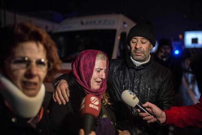 Familieleden van slachtoffers komen naar de nachtclub waar de schietpartij was.