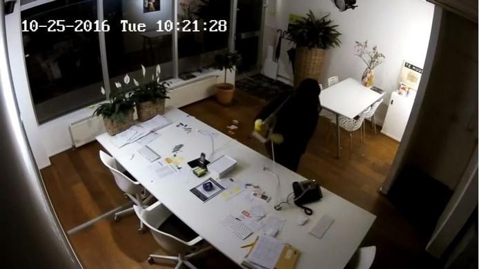 Inbrekers hebben drie dure beeldschermen gestolen uit makelaarskantoor 't Mauritshuis in Oosterbeek.