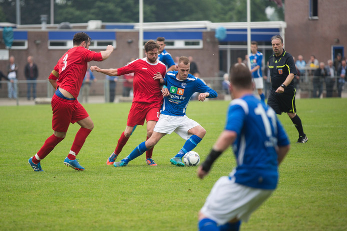 Dylan Voorend (rechts) scoorde zondag de openingstreffer voor Westervoort.