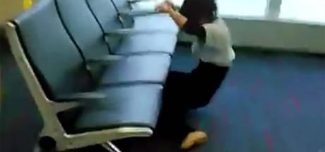 Danseres doodt tijd op vliegveld door onder bank door te limboën