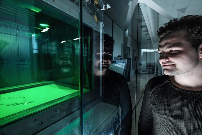 Didammer Jimmy Gies bij de ultramoderne 3D-metaalprinter van Kaak in Terborg.