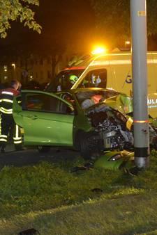 Auto botst op trampaal op Loevesteinlaan: vier gewonden
