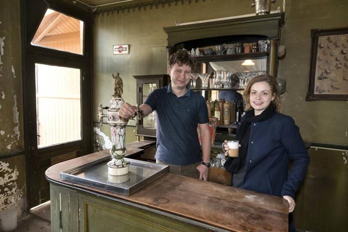 Max en zus Vera Franken achter de tap van café Laros in Velp..