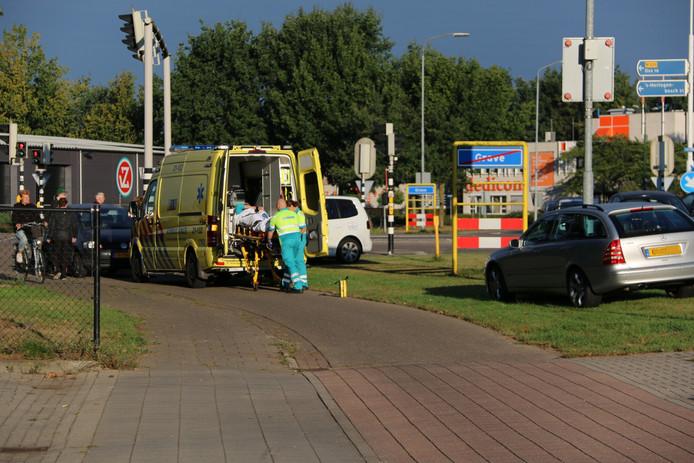 De fietser is met een ambulance afgevoerd naar het ziekenhuis.