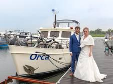 Getrouwd stel gaat met huwelijksboot het schip in