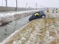Auto te water langs A15, automobilist komt om het leven