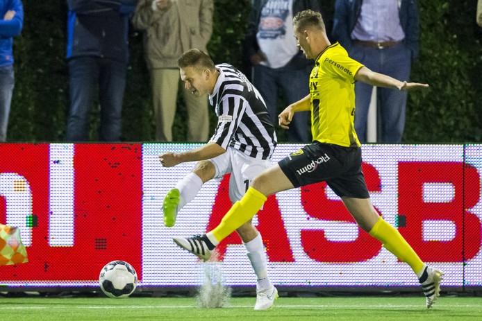 Freek Thoone (l) van Achilles in gevecht met Nils Roseler (r) van VVV.
