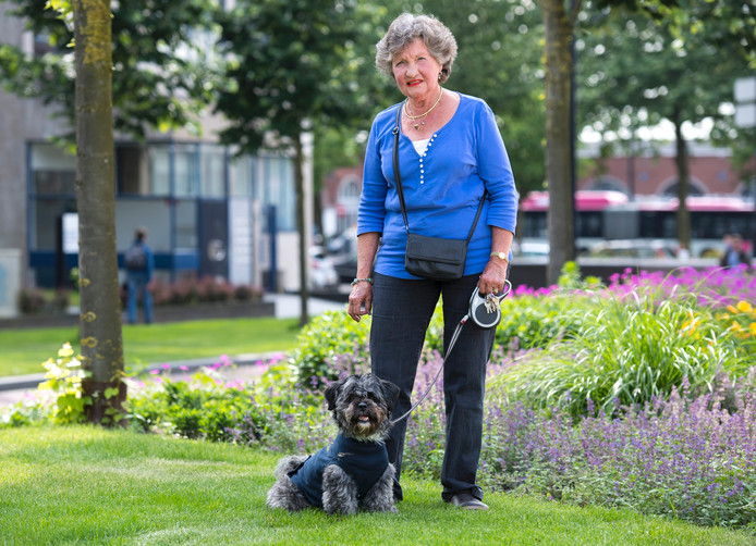 Ineke van Geelen en haar hond Dribbel, die een aanval van een pitbull overleefde.