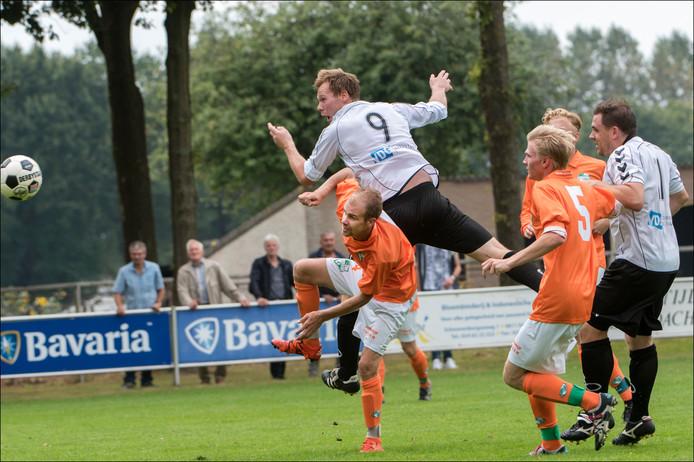 Bo de Groot kopt een bal op doel. Foto: Theo Peeters