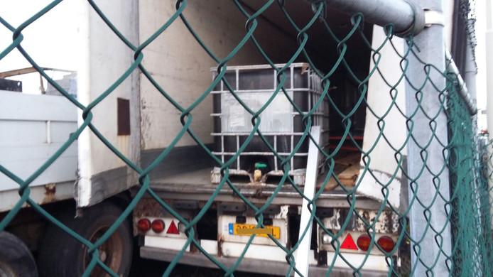 De vrachtwagen die gebruikt werd voor het drugsafval. Hierin werd het vat gevonden met xtc-grondstoffen.