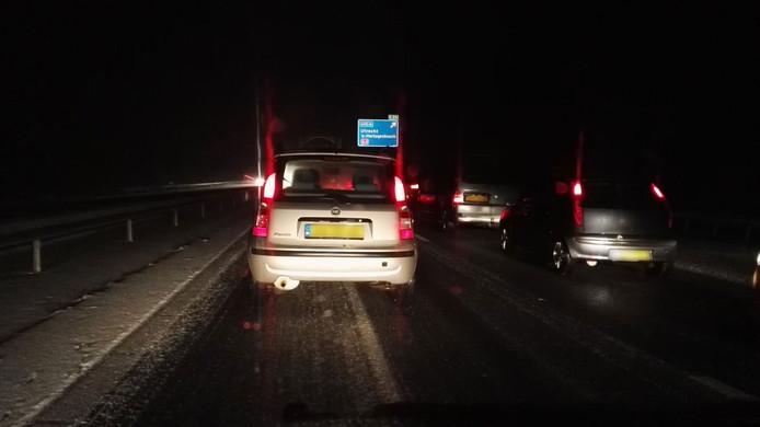 Stapvoets rijden op de A15 bij knooppunt Deil.