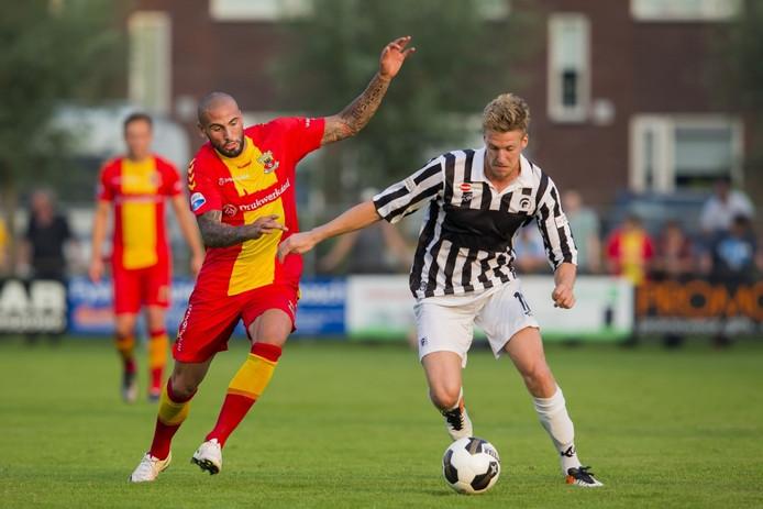 Rick Hemmink (r) in duel met Joey Suk van Go Ahead Eagles.