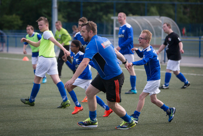 Trainen voor de Special Olympics. Op de voorgrond: Bas Jansen, met zoon Koen aan de hand.