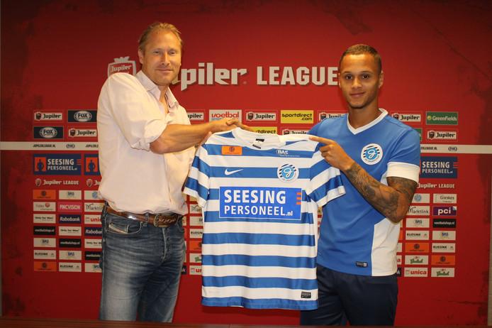 Anthony van den Hurk krijgt zijn Graafschap-shirt uitgereikt van manager voetbalzaken Peter Hofstede.