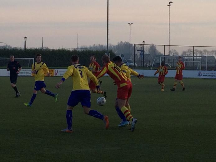 Focus'07 komt op voorsprong tegen SVM. Joris van Santen kopt raak uit een hoekschop van Silas Salakory: 1-0.