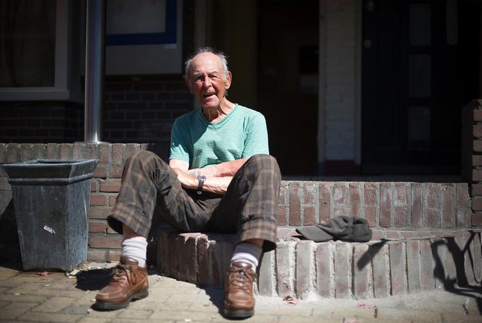 Geoffrey Butler (87) op de stoep van het Vriendenhuis in Klarendal.