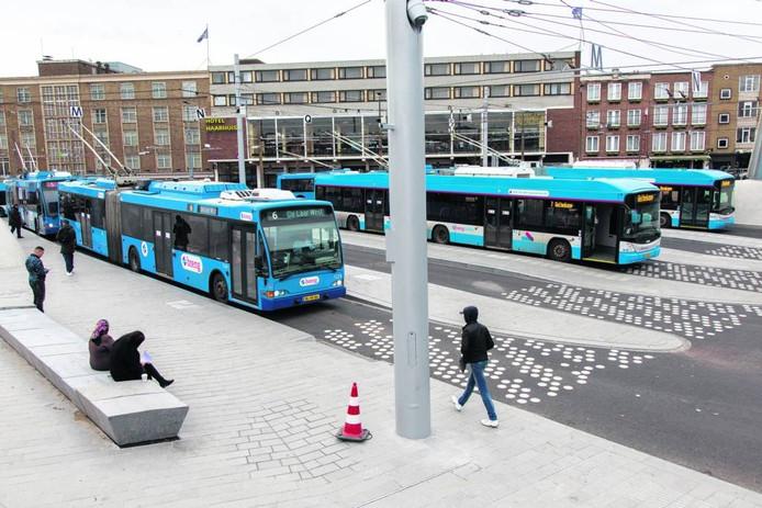 Trolleybussen op het Stationsplein in Arnhem.
