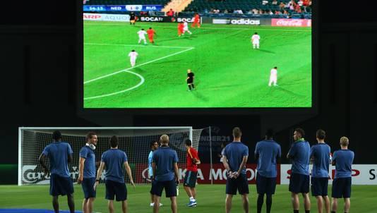Spelers van Spanje en Duitsland zien Jong Oranje ruim winnen.